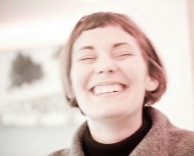 Jeune femme en train de rire