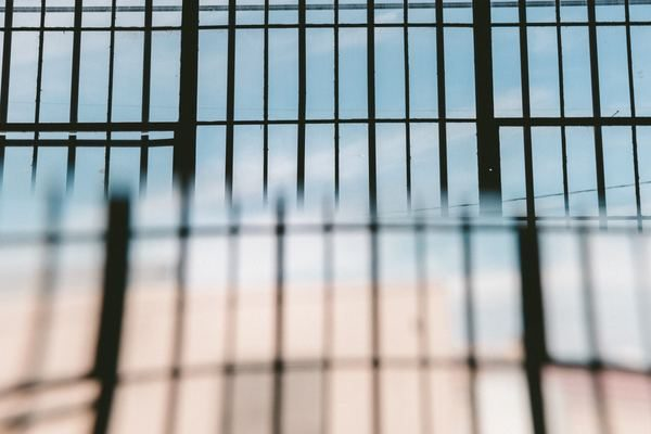 Des barreaux de prison flous