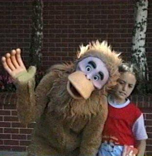Un homme déguisé en singe et une petite fille