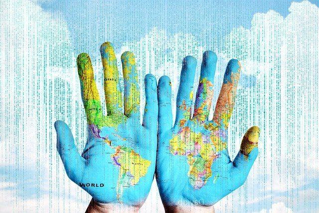 carte du monde sur des mains
