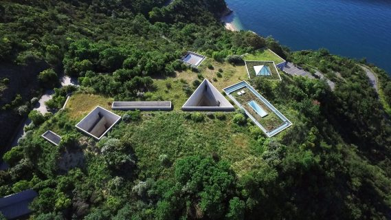 Vue aérienne des formes géométriques architecturales mi-enterrés sous terre d'une montagne