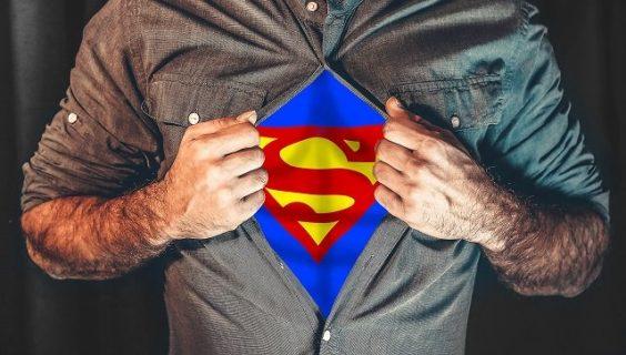 Homme en train d'ouvrir sa chemise et laissant apparaître un maillot de Superman