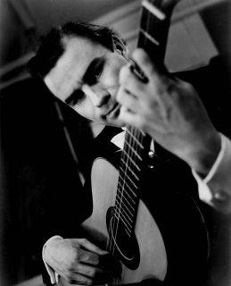 Photographie noir et blanc du guitariste reconnu Julian Bream, interprète de l'extrait suivant