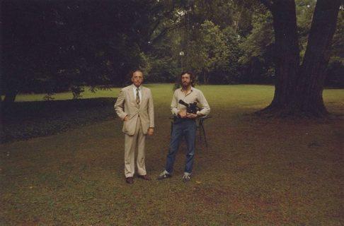 Ross McElwee et son père sur une grande pelouse