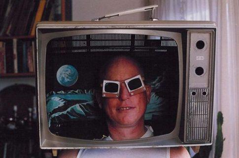 Une tête avec des lunettes de soleil fantaisies dans une télévision