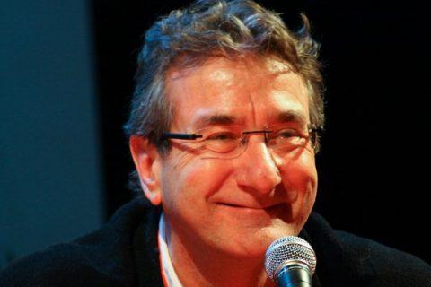 Portrait souriant d'Éric Favereau