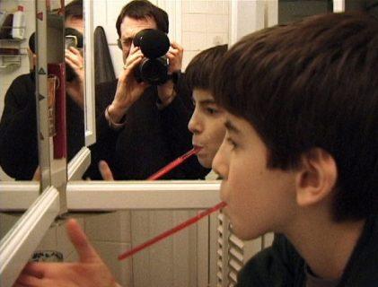 Ross McElwee dans le miroir, et son fils Adrian