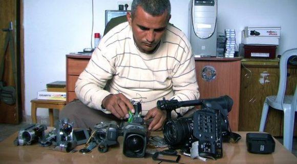 Emad Burnat devant ses cinq caméras brisées