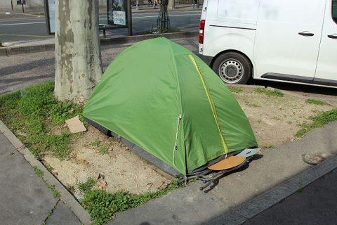 Tente de personne sans-abri sur l'avenue Denfert-Rochereau à Paris en France.