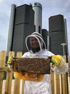 Brian Peterson-Roest fondateur de l'association de Bees in the D, en apiculteur