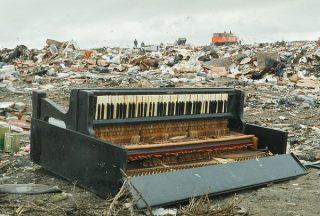 Un piano abandonné sur une décharge