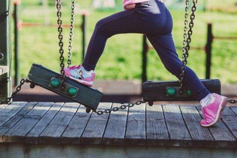 Enfant sur une aire de jeu