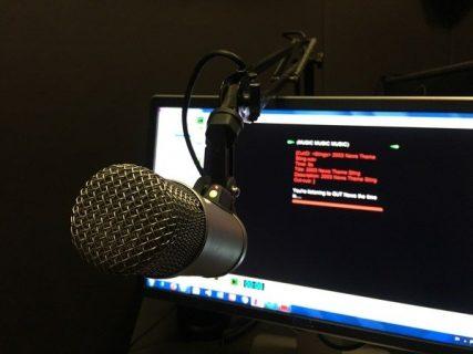 Un micro dans un studio de radio