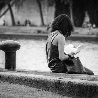 Jeune-fille lisant sur les quais de la Seine à Paris