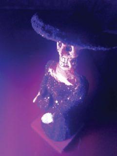 Une statuette Mexicaine représentant une tête de mort avec une cigarette