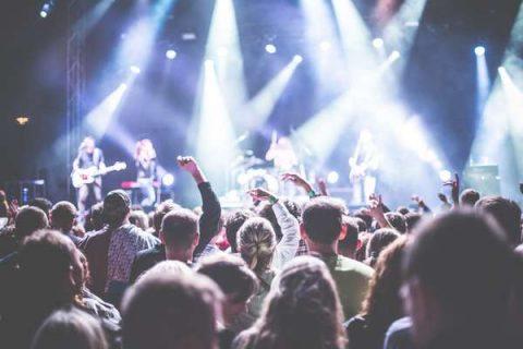 Scène de concert : un groupe rock joue devant un public