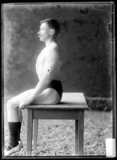Un homme assis de profil en train de respirer
