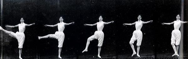 Une danseuse effectue un grand battement à la seconde