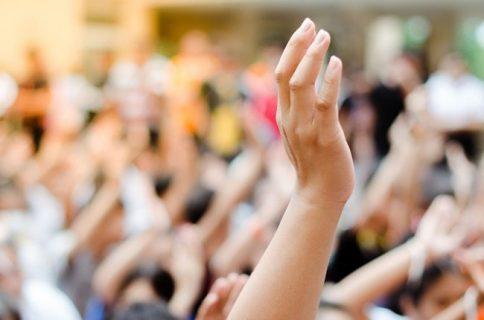Main levée dans la foule