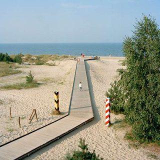 Un chemin de planche sur une plage entre la Pologne et l'Allemagne