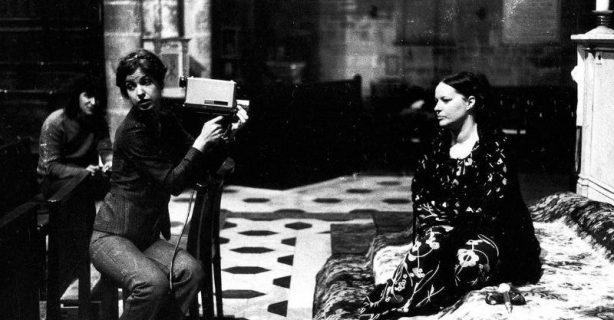 Photo du film « Delphine et Carole, Insoumuses ». Scène de tournage : la vidéaste Carole Roussopoulos filme la comédienne Delphine Seyrig.