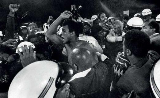 Photo extraite du film Muhammad Ali The Greatest : Ali au milieu du foule, acclamé après une victoire.