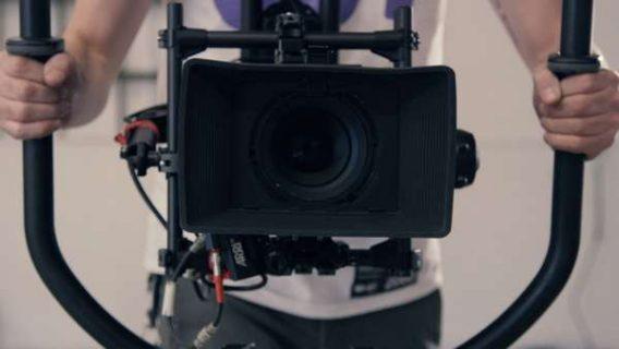 Un homme tenant une caméra à deux mains