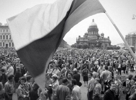 Un drapeau ukrainien flotte sur la place de Kiev en 1991