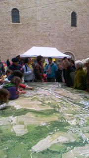 Habitants étudiant la carte de Saillans sur la place de l'église.