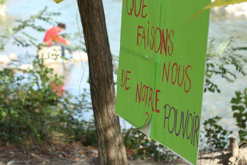 Pancarte : Que faisons-nous de notre pouvoir ?