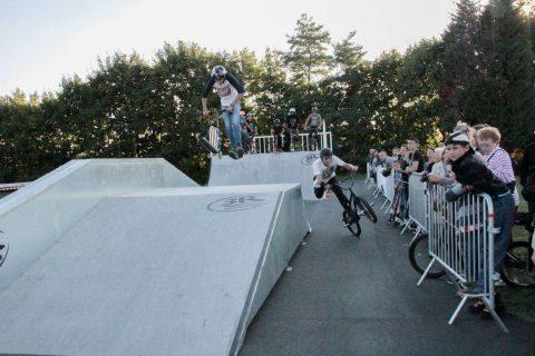 Jeunes évoluant sur un Skatepark réalisé en projet fifty-fifty