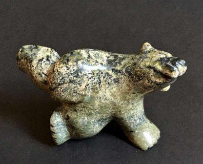 sculpture de pierre en forme d'ours