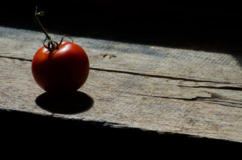 tomate isolée sur une planche