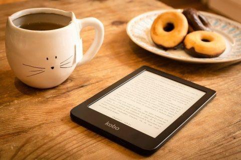 Liseuse, donuts et tasse de café