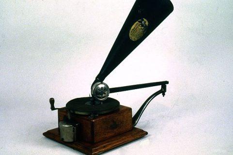 Gramophone composé d'une boite avec platine tournante, bras de lecture et amplificateur en cornet