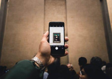 Une photo de la Joconde du Louvre s'affiche sur l'écran d'un smartphone
