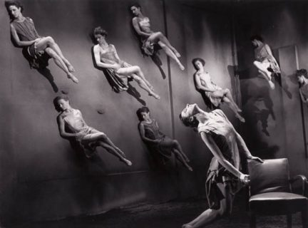 Une femme au sol, renversée, et huit femmes au mur, penchées.