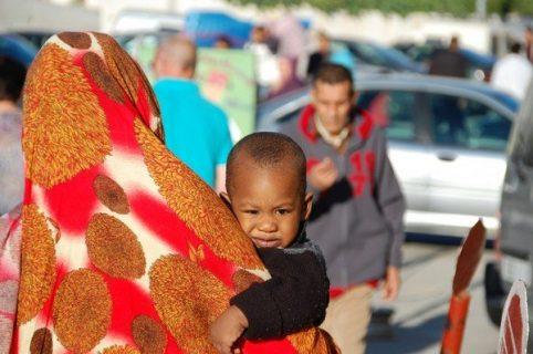 femme marocaine de dos avec son enfant