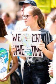 jeune-femme militant pour le climat