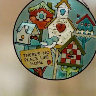 """Un autocollant sur lequel est inscrit : """"there's no place like home""""."""