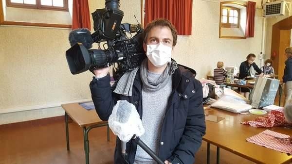 Nicolas Corbard, journaliste, en reportage avec masque et perche de son protégée, gros plan