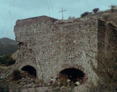Un bâtiment de pierres en ruines