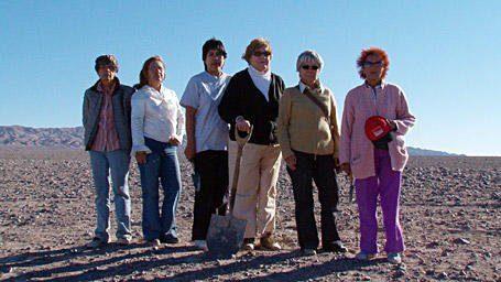 Un groupe dans le désert d'Atacama, une pelle à la main