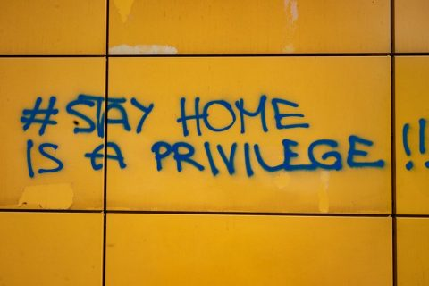 "Sur un mur, un graffiti : ""#StayHome is a privilege"""