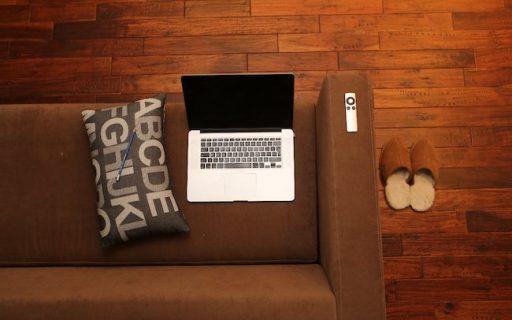 ordinateur, canapé, chaussons