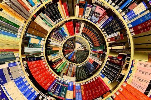 Des rangées de livres en cercle