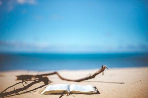 Livre ouvert sur une plage déserte