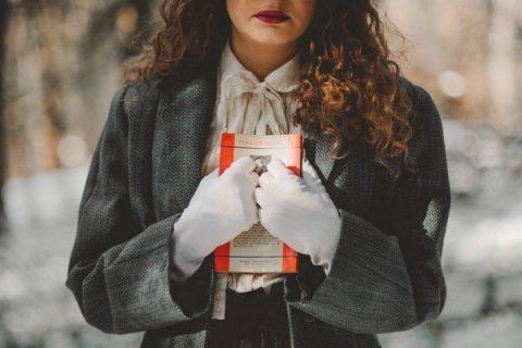 Femme serrant un livre contre sa poitrine