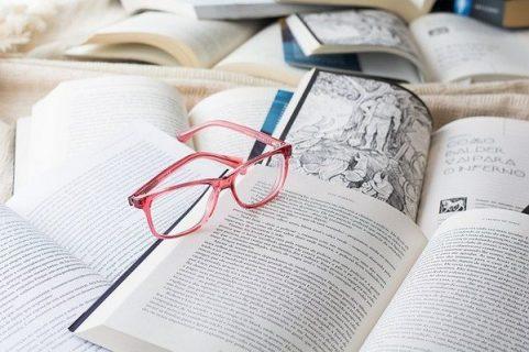 Lunettes posées sur des livres ouverts