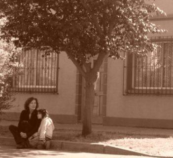 Carmen Castillo et sa fille, rue Santa Fe.